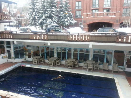 Mountain Chalet Aspen: Great clean heated outdoor pool. View to slopes.