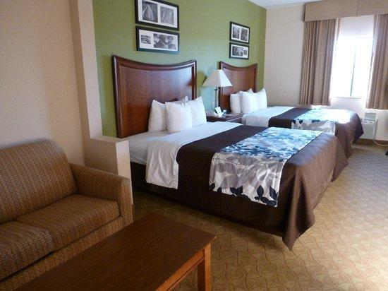 Sleep Inn and Suites: Habitación enorme con sofá