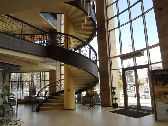 Hotel Vega Sofia: Stairwell to restaurant and quiet coffee area