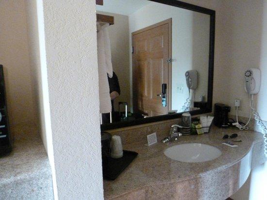 Sleep Inn and Suites: Lavabo fuera del baño, muy limpio