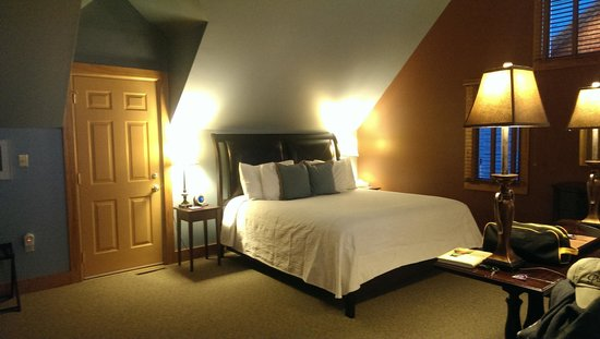 Iris Inn: Bed in Hawk's Nest Suite