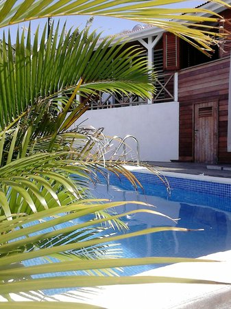 Chambres d'Hôtes Amarelao : Vue de la piscine sur une chambre