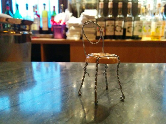 La Banque : A Billecart-Salmon fairy chair.