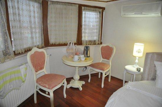 Kupeli Palace Hotel: Столик в нашем номере