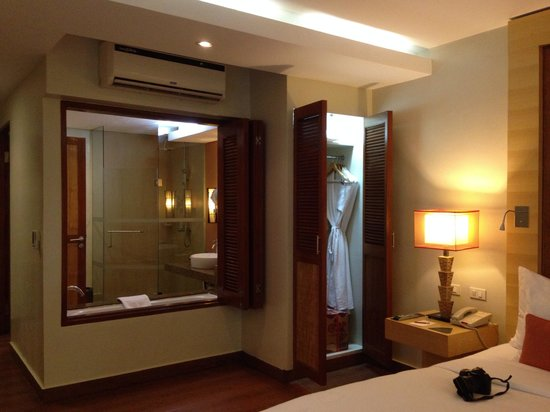 Crimson Resort and Spa, Mactan: Toilet and bath