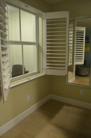Silver Palms Inn: Vue du petit balcon ext. --> chambre