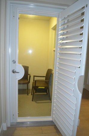 Silver Palms Inn: vue de la chambre --> balconnet