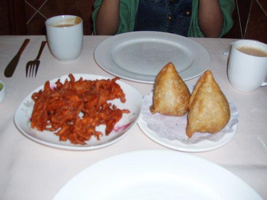 Taj mahal restaurant: Bhajias & Samosas
