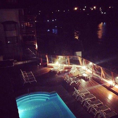 Apart del Lago: Pileta de noche.