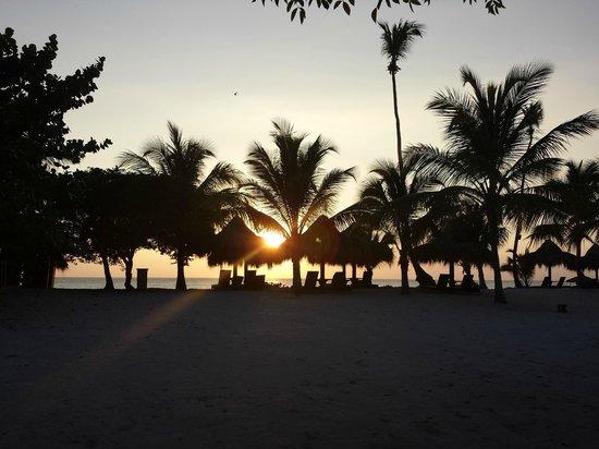 Weare Cadaques Bayahibe Hotel: Plage de l'hôtel avec le coucher de soleil