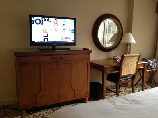 Omni Charlotte Hotel: tv/dresser/work station
