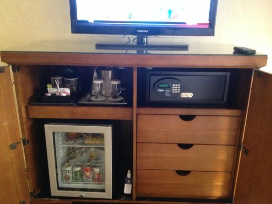 Omni Charlotte Hotel: minibar and safe