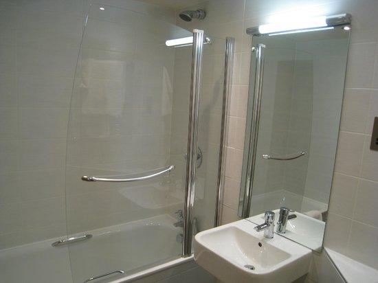The Dunstane Hotel: 明るくて清潔なバスルーム、シャワーは固定ですが水量◎