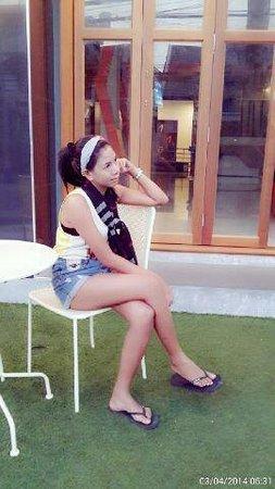 Chill Patong Hotel : Menunggu di halaman depan hotel