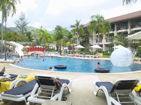 Centara Karon Resort Phuket : 子供たちお気に入りのプールです