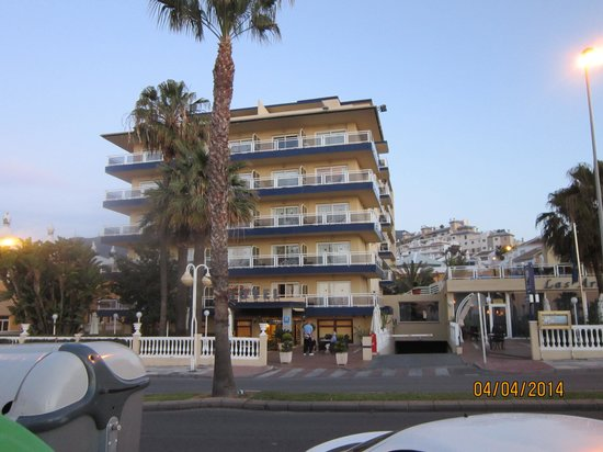 Las Arenas Hotel: The hotel from the beach side