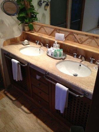 Excellence Riviera Cancun : Bathroom vanity