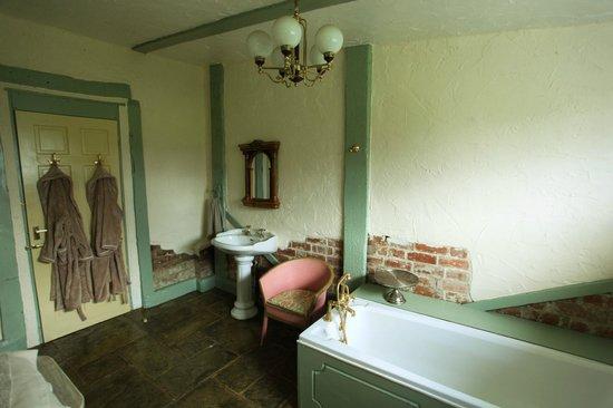 The Edge Accommodation: Bathroom