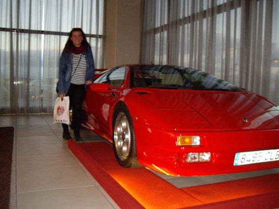 Hotel Dome: coches en el hall
