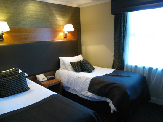 BEST WESTERN Glasgow Stepps Garfield House Hotel : ツインベッドは、幅はやや狭いものの、暖かく寝心地もばっちり