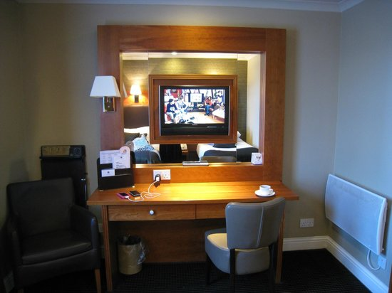 BEST WESTERN Glasgow Stepps Garfield House Hotel : 鏡のおかげでより広く感じられる部屋。ズボンプレッサーなども常備