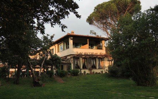 Villa Le Rondini : Speisesaal mit darüber liegendem Appartement