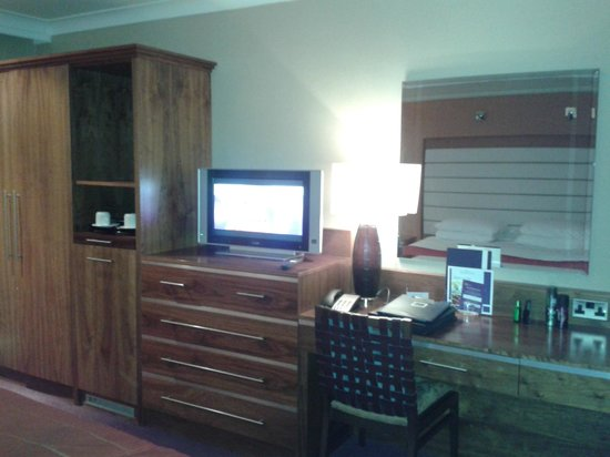 Telford Hotel & Golf Resort: Tv and dressing table
