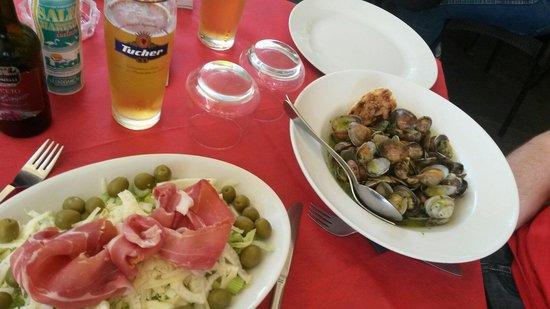 Grotta Marcello: Salade jambon, fenouil. Céleri, olive verte, et pecorino. Assiette de coquillages