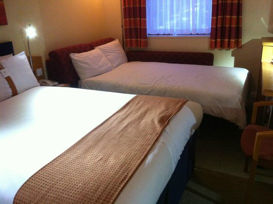 Double room with sofa bed set up picture of holiday inn for Sofa bed hotel