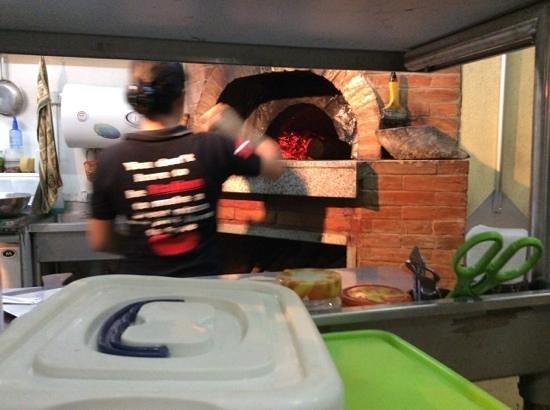 Vesuvio's Pizzeria: Holzofen