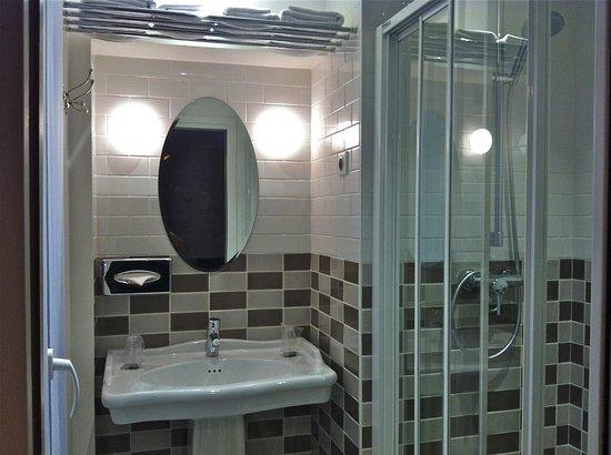 Hotel des 3 Poussins: salle de bains avec douche italienne