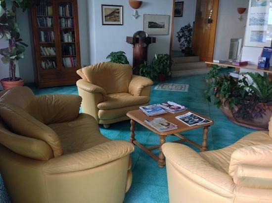 Hotel la Bussola: Front lounge area.
