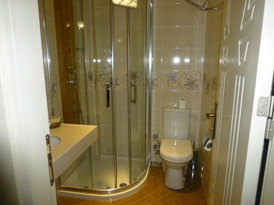 White House Hotel Istanbul: nice size bathroom