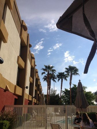 Hampton Inn Las Vegas/Summerlin : Patio outside of breakfast room next to the pool