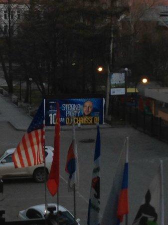 International Hotel Sayen: Blick vom Balkon auf den Parkplatz / Eingang