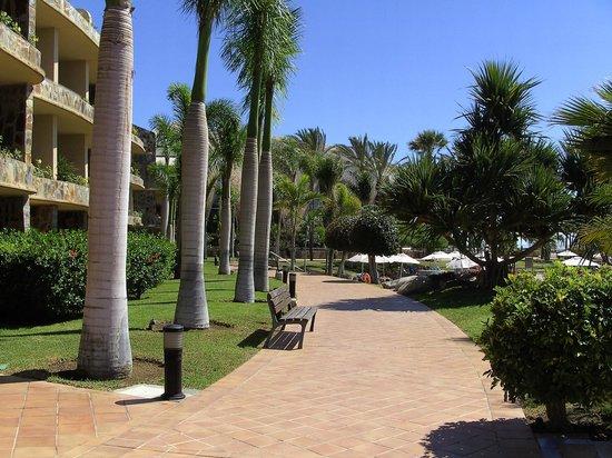 H10 Playa Meloneras Palace: Chemin vers le restaurant