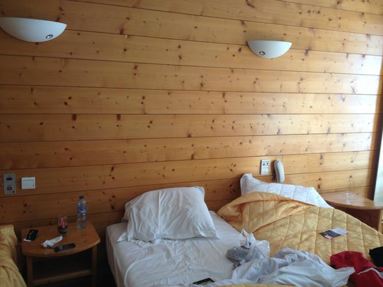 Alpina Hotel: Beds off-centre - note phone above pillow.