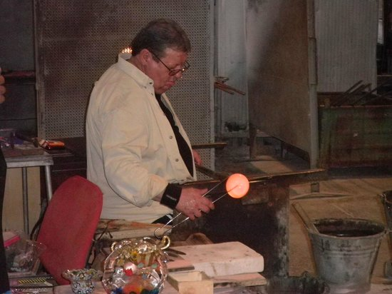 Fornace Mian: Craftsman shaping the glass.