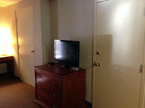 Econo Lodge: Extra Doors In Room