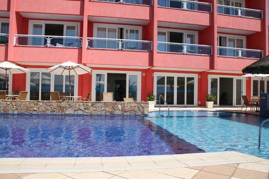 Pousada Vila do Coral : Habitaciones frente a la pileta, en planta baja esta la cubierta y el gimnasio