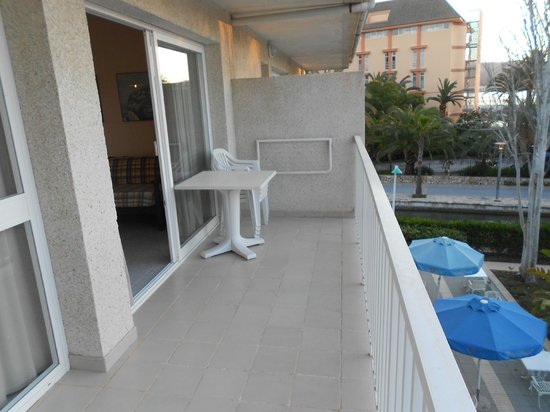 Aparthotel Orquidea Playa: Balcony with chairs and table