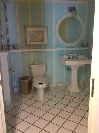 Disney's BoardWalk Villas: Shower, toilet, sink