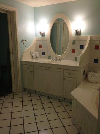 Disney's BoardWalk Villas: Vanity / whirlpool bath