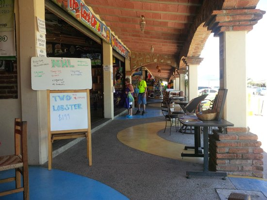 Hotel Riu Emerald Bay : The shops down the beach with a cafe and bar