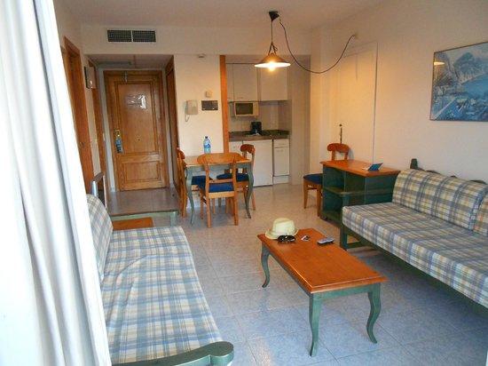 Aparthotel Orquidea Playa: Living room with kitchen