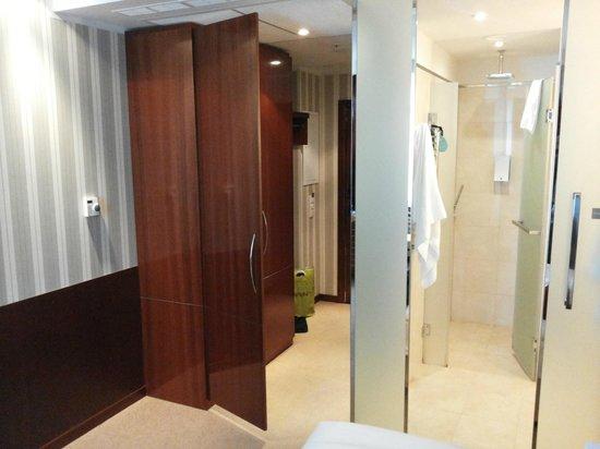 Solo Sokos Hotel Palace Bridge: Дверь шкафа открывается чуть больше, чем на 90 град