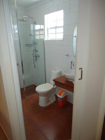 Carinas Studio Apartments: Janela do banheiro baixa