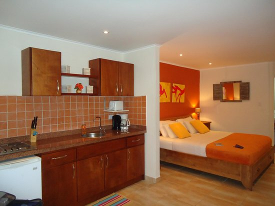 Carinas Studio Apartments: Quarto aconhegante