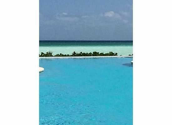 Fairmont Mayakoba: beach pool with ocean in back