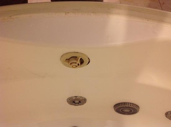 Pera Rose Hotel: broken gross tub